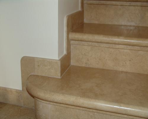 Scala con rivestimento classico in marmo beige, by Marmi ZEM