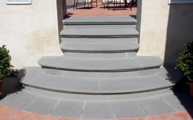 Scala esterna in pietra serena di Frosini Pietre