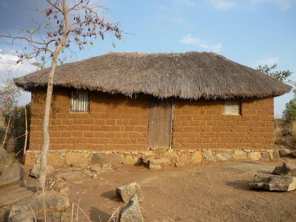 Casa in mattoni e paglia, materiale molto usato per l'autocostruzione