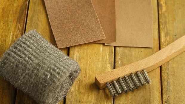 Stuccatura del legno fai da te per recuperare graffi e piccoli difetti