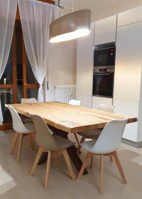Tavolo di legno con gamba in ferro a stella Xlab Design