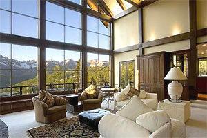 Combinazione moderna di legno e ampie vetrate