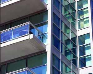 Acquistare un immobile con oculatezza: molte superfici vetrate esposte in zona ventosa