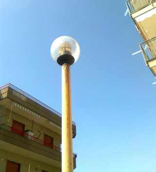 La manutenzione dell'impianto di illuminazione: un corpo illuminante su palo