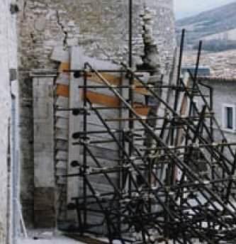 La stabilita'  delle murature isolate: un puntellamento eseguito con tubi innocenti