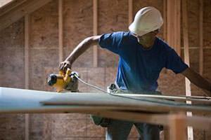 Divisori interni in legno: una fase della lavorazione per la realizzazione del telaio
