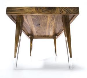 Il tavolo in legno Ovangkol di Reiko Kaneko