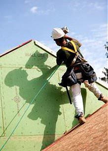 Pannelli isolanti naturali autocostruiti: una fase dei lavori di isolamento termico