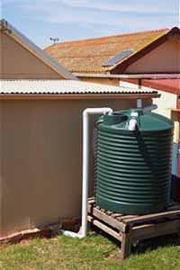 La manutenzione dei serbatoi idrici: un serbatoio esterno in polietilene