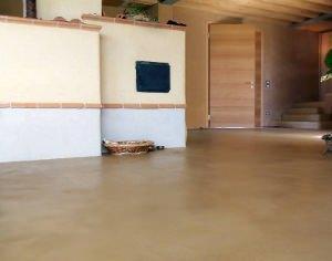 Pavimento in argilla cruda in soggiorno