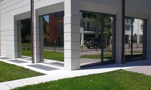 Casa moderna, Roma Italy: Vetri a specchio per finestre