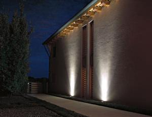 Casa moderna, Roma Italy: Illuminazione a pavimento per esterni