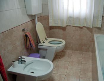 L'igiene in bagno: un bagno rivestito di sola ceramica