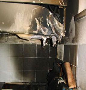 Impianti elettrici sicuri : incendio innescato da tenda vicino presa sfiammata