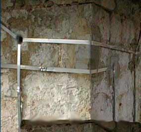 La cucitura delle murature: un dettaglio della cucitura in acciaio
