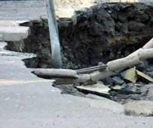 Il ripristino delle voragini: una voragine in un viale con danni agli impianti elettrici