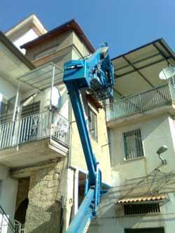 L'alternativa ai ponteggi: il cestello elevatore in azione