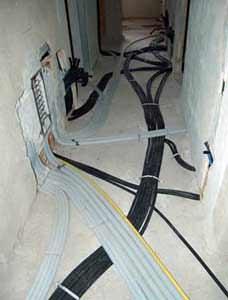 La protezione degli impianti posati a pavimento: la sistemazione delle tubazioni mediante fissaggio con collarini