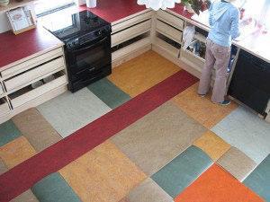 Accostamento di forme e colori diversi in un pavimento in linoleum