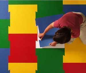 Il linoleum moderno per ogni applicazione: la posa di un pavimento bloktile