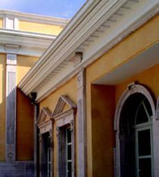 capitelli e fregi ornamentali sulla facciata