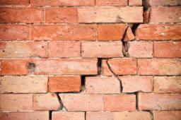 Lesioni  parete portante in muratura di mattoni