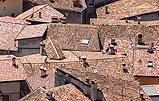 Tetti di un centro storico con le tipiche falde di copertura