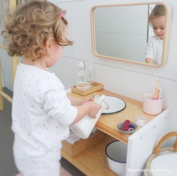 Spazio-gioco in bagno, da ourmontessoriway.com