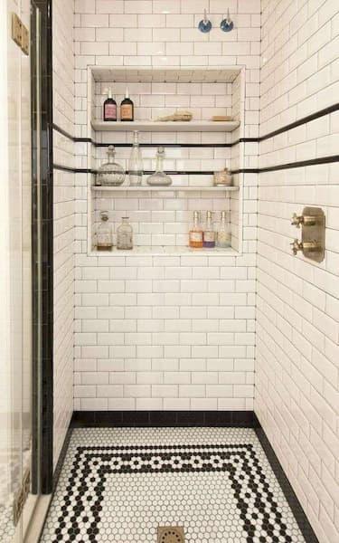 Bagno con mosaico nella doccia in bianco e nero - Credits: Pinterest