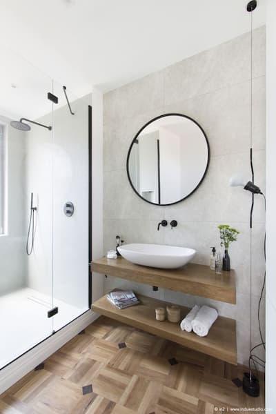 Bagno con abbinamento nero-legno - Credits: Pinterest