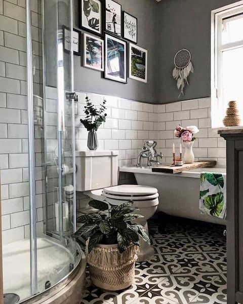 Bagno con cementine e diamantine e tinta scura alle pareti - Credits: Pinterest