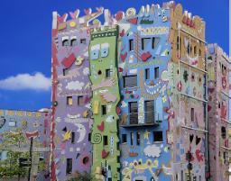 Una facciata con murales non tiene conto del piano colore