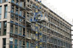 Facciata edificio moderno con struttura in cemento armato