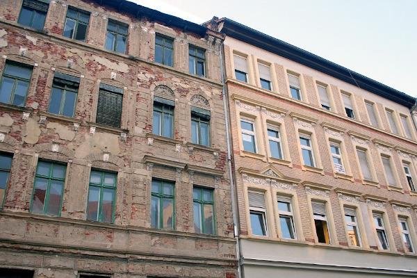Rifacimento facciata confronto con edificio da ristrutturare