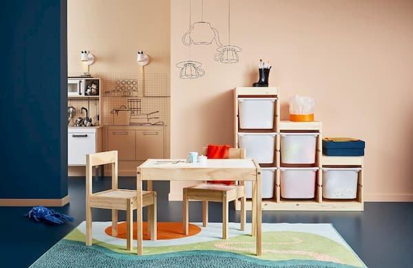 In una cameretta bambino non possono mancare scaffali e tavolino