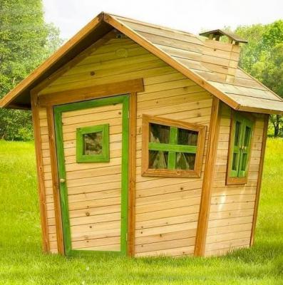 Casette in legno sono molto usate per organizzare l'area giochi esterna