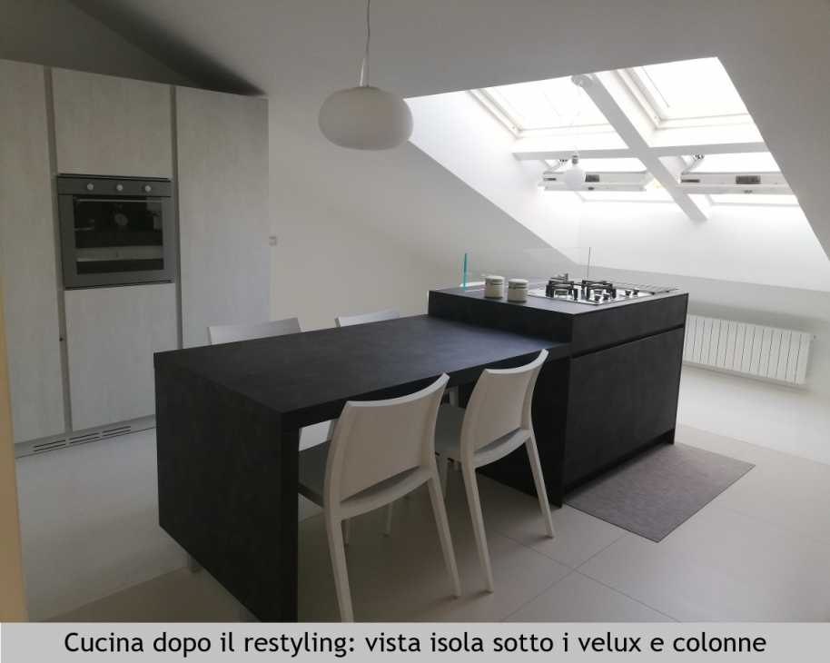 Cucina in mansarda dopo il restyling di SaMi Architetti