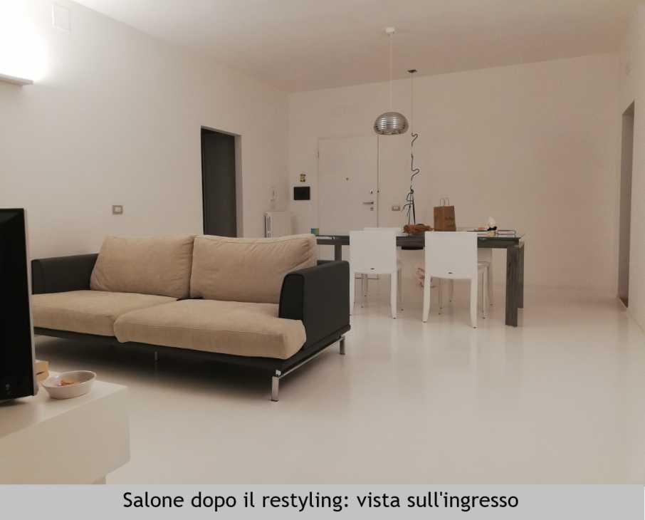 Salotto in mansarda dopo il restyling di SaMi Architetti