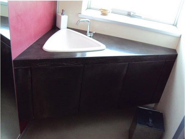 Nordresine, bagno piccolo e irregolare realizzato con superfici in resina