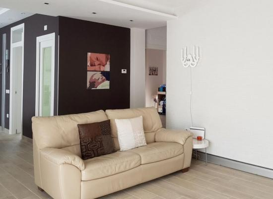 Battiscopa radiante in un salone by Hekos