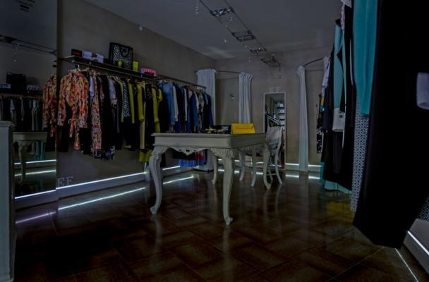 Battiscopa luminoso installato in un negozio by Hekos