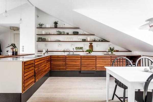 La cucina di una mansarda può essere pensata senza pensili - Pinterest