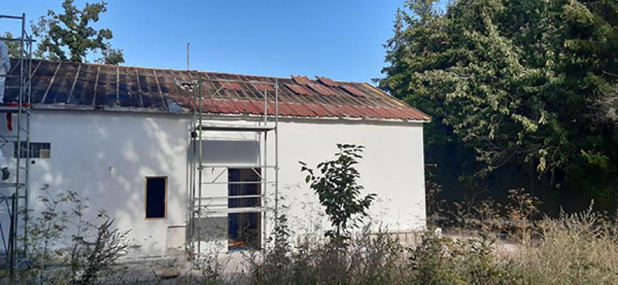 Fase di rimozione dell'amianto dal tetto