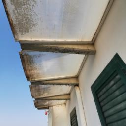 Deterioramento pensilina con copertura in policarbonato e struttura in calcestruzzo armato