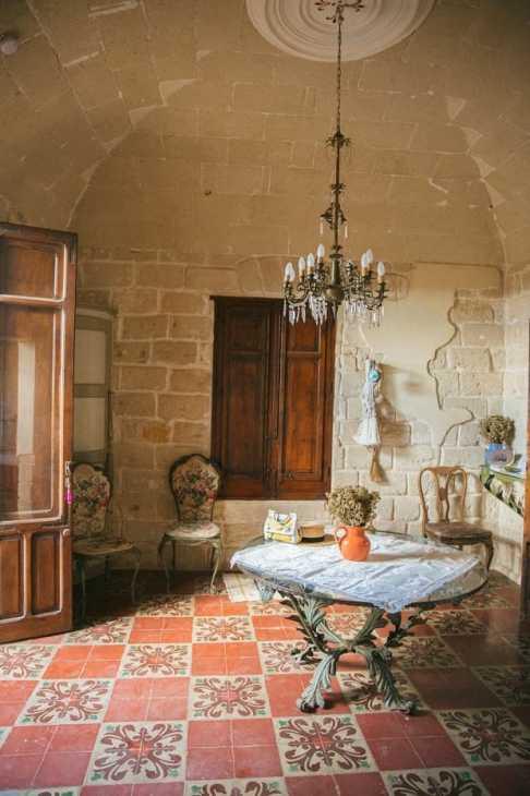 Muri grezzi in una casa in stile siciliano, da thelondoner.me