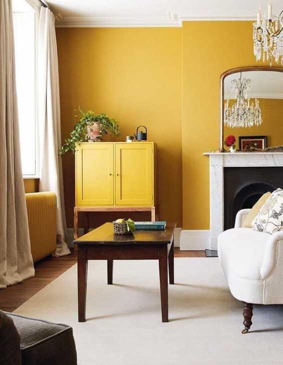 Pareti giallo ocra nell'arredamento siciliano, da houseandhome.com