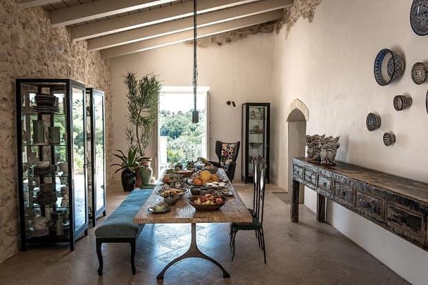 Travi a vista e tavolo di legno nell'arredamento siciliano, da travelawayme