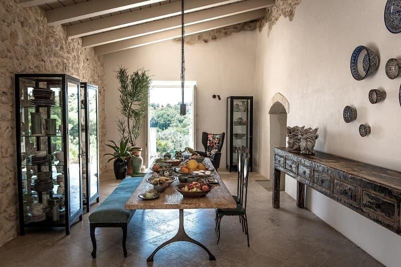 Travi e tavolo di legno nell'arredamento siciliano, da travelaway.me