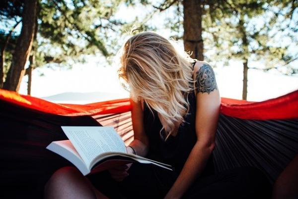 Posizione di lettura senza leggio o supporto corretto