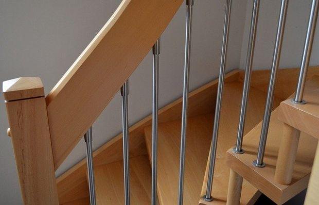 Una scala con rivestimento in legno. In questo caso ben adattato ad una soluzione moderna.